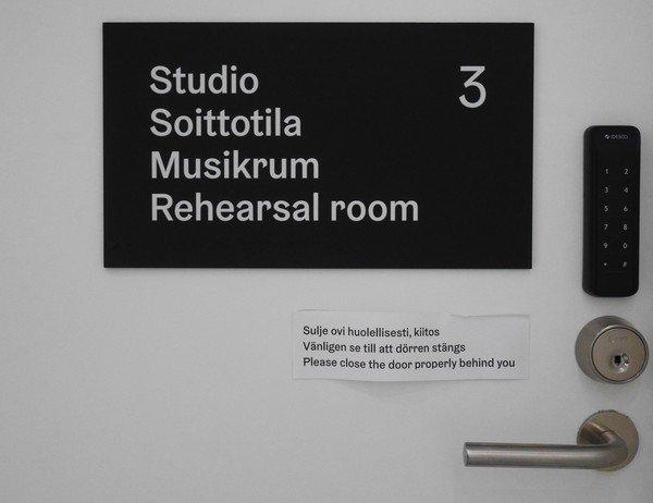 photo de la porte du studio de répétition à Oodi