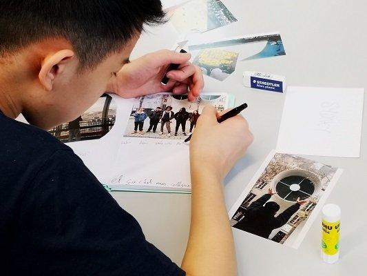 élève fabriquant son carnet autobiographique