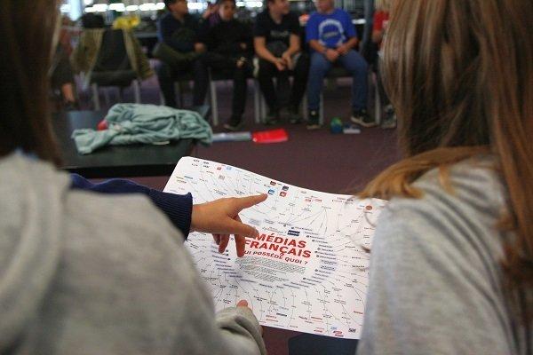 élèves consultant une carte des médias français