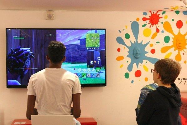 adolescents jouant à fortnite dans le salon jeux vidéo