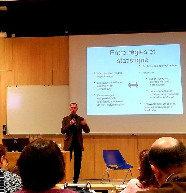 Photographie en pied du professeur Seth van Hooland lors de sa conférence sur l'intelligence artificielle
