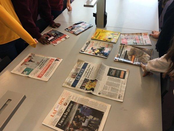 Présentation de journaux et revues sur la table de la Bpi