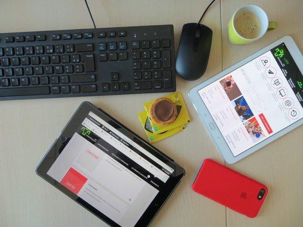 phtographie d'un clavier, tablette et souris disposés sur une table