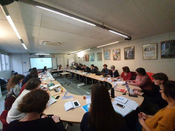 Photo des membres du conseil de coopération autour de la table de réunion