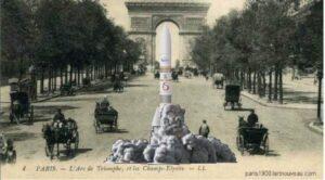 Carte postale ancienne de l'arc de triomphe, colorisée et modernisée : une fusée est installée dans l'allée des champs Elysées