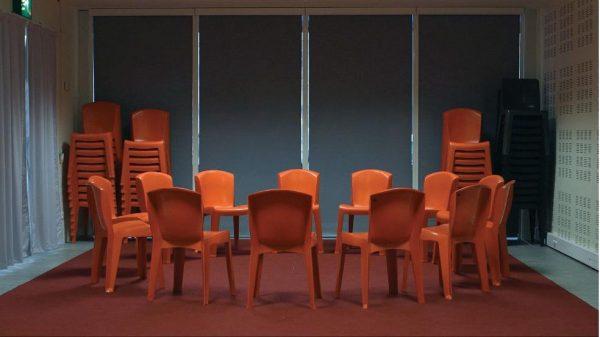 Photographie de chaises mises en cercles dans l'atelier de la Bpi
