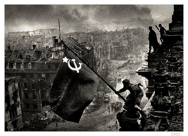 L'armée soviétique hisse son drapeau sur un immeuble de Berlin en 1945