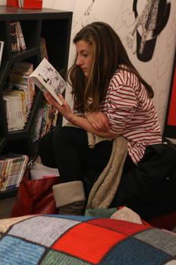 Jeune fille lit un manga