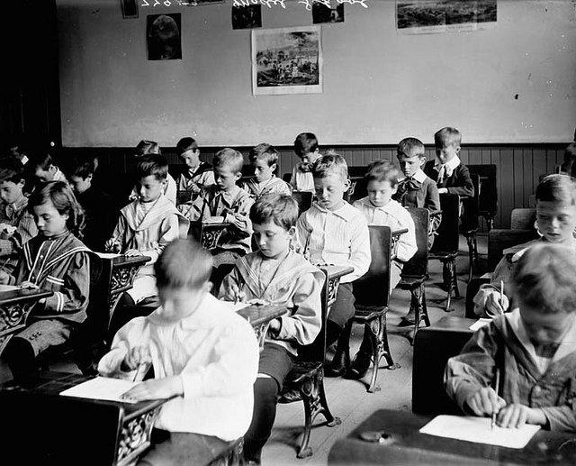 écoliers en classe, image d'archives