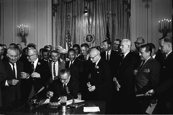 Le président Johnson signe le Civil Rights Act, le 2 juillet 1964 à la Maison Blanche