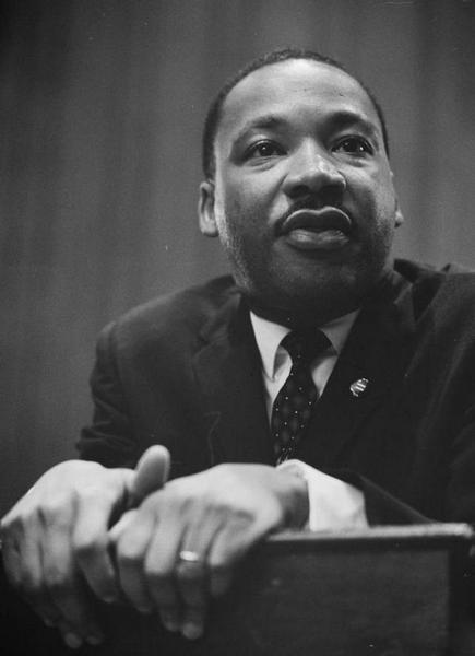Martin Luther King, penché sur un pupitre, 1964