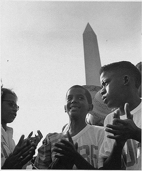 Photo d'enfants devant le Washington Monument