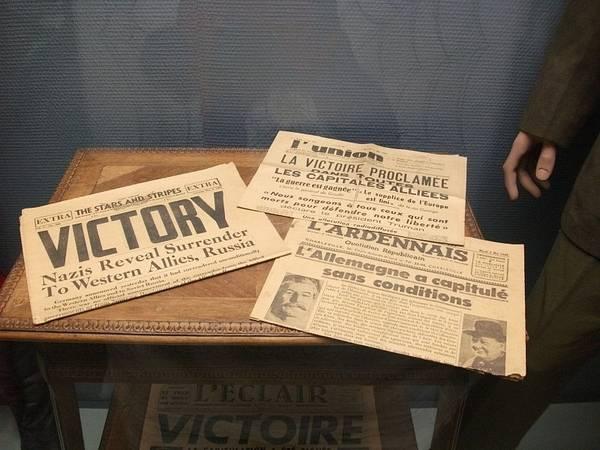 plusieurs journaux datés du 8 mai 1945