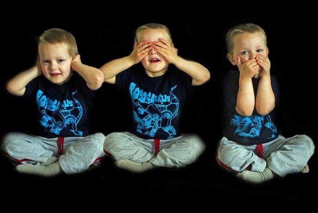 photo ne pas voir/ entendre/ parler (avec un jeune enfant)