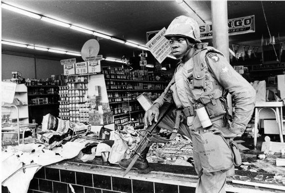 soldat montant la garde des commerces à Bellevedere