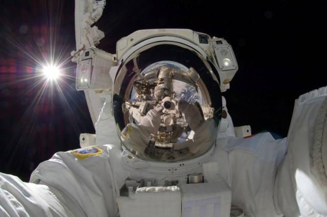 selfie de l'astronaute en combinaison dans l'espace
