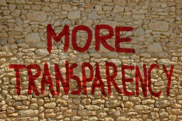 mur de pierre avec l'inscription de More transparency
