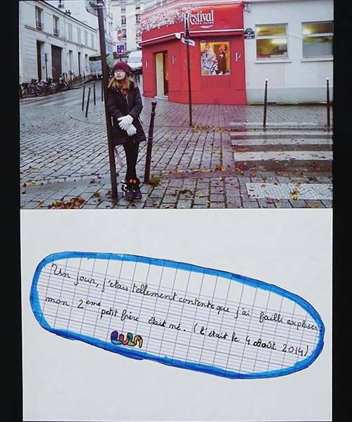 fillette appuyée sur un poteau dans une rue parisienne
