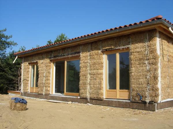 Maison en paille en construction, murs sans enduit