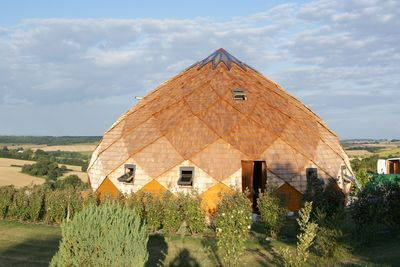 Maison en bois montée en losange