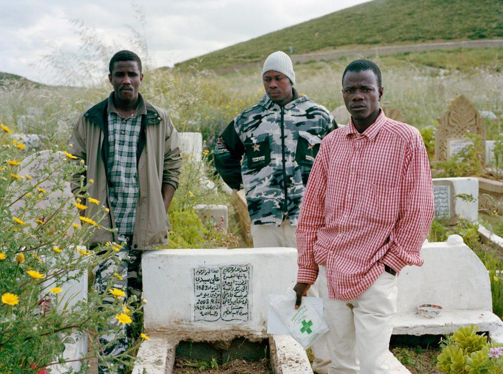 Groupe d'hommes autour de la tombe d'un ami