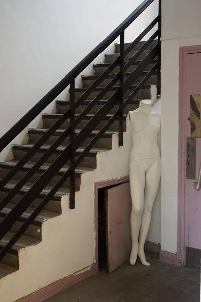 Recoin d'escalier avec un mannequin