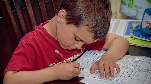 photographie d'un enfant faisant ses devoirs