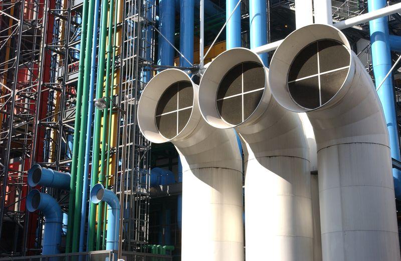Les tuyaux et poteaux de la façade