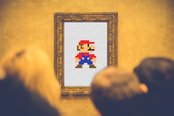 Des visiteurs devant un tableau représentant Mario Bross (montage)