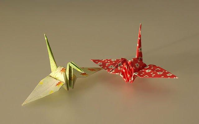 Photographie de deux grues en origami avec du washi