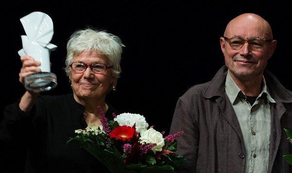 le couple de cinéastes recevant la colombe d'or