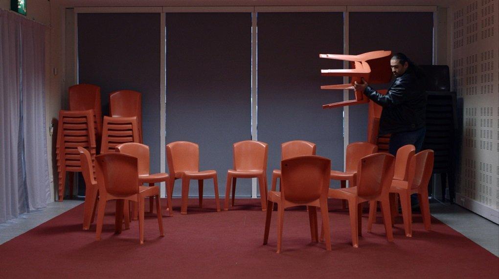 Rapahël installe les chaises avant l'atelier