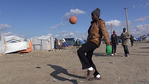 Migrant jouant au balon