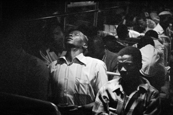 Un homme noir endormi dans un bus