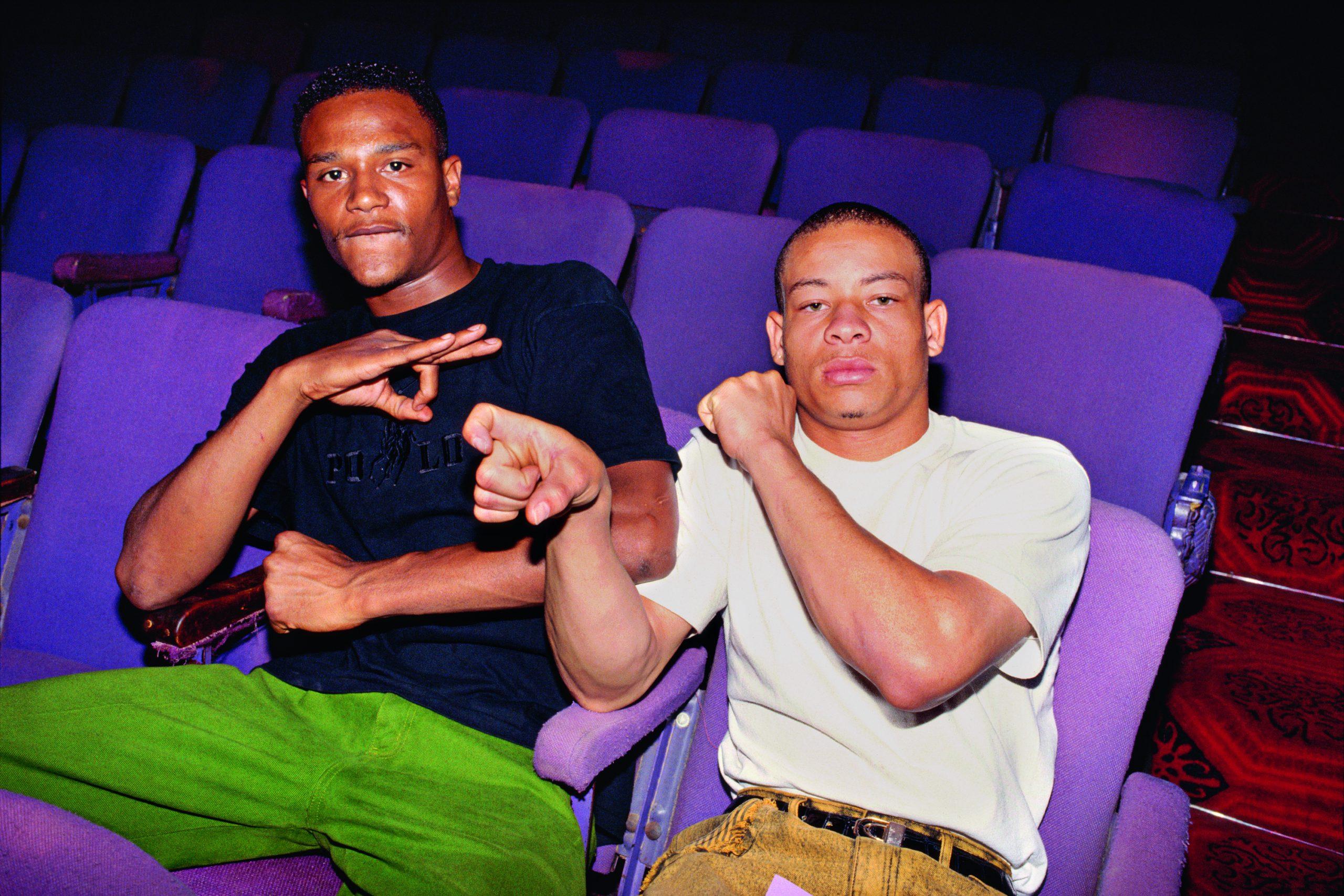 Deux membres de gangs posent côte à côte