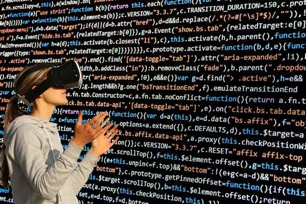 femme avec un casque virtuel