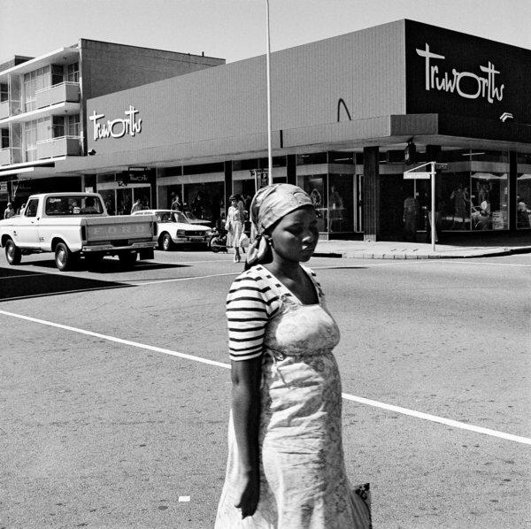 Une femme noire à un coin de rue