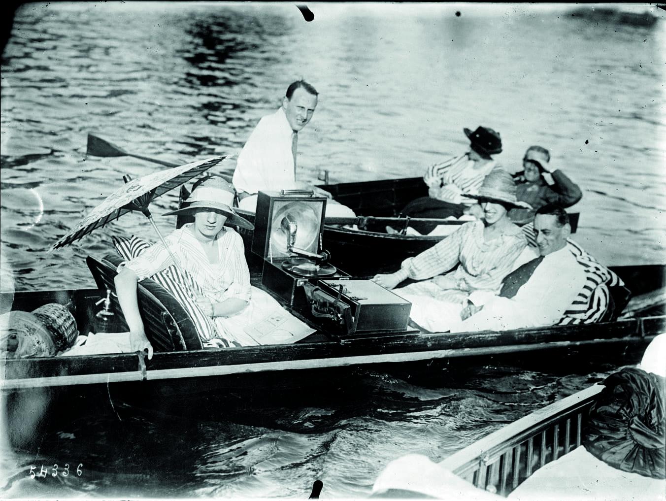 Promenade en barque avec gramophone