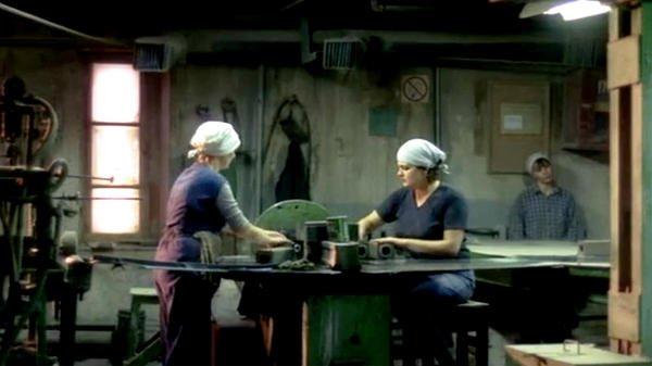 Trois femmes dans une usine