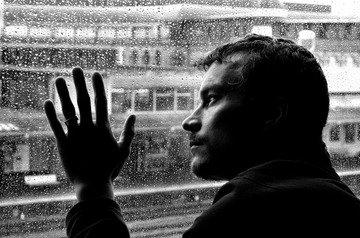 Homme enfermé derrière une vitre