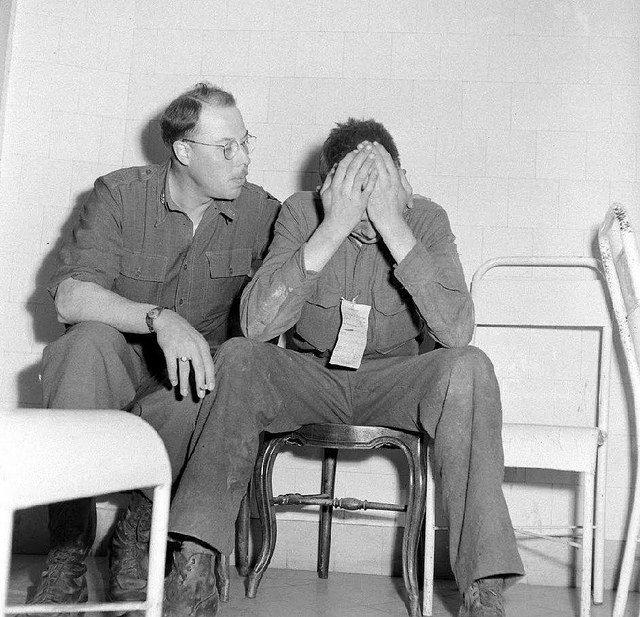 Deux soldats, un à l'écoute, l'autre pleure