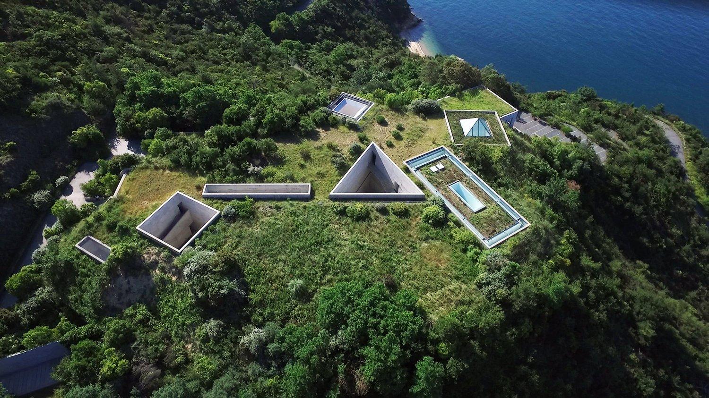 Vue aérienne des formes géométriques architecturales mi-enterrés sous terre
