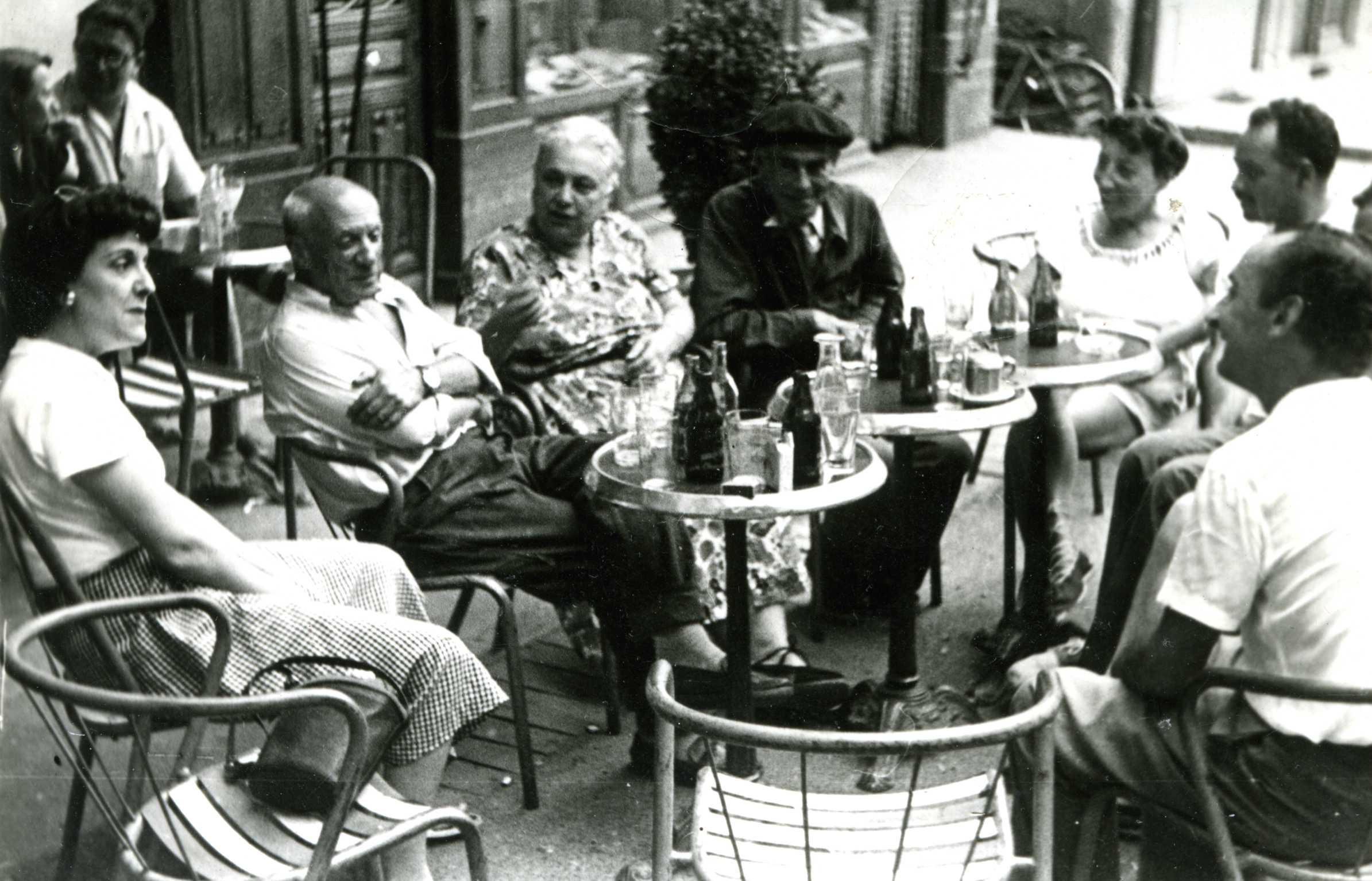 Les peintres Picasso (à gauche), Pierre Brune (au centre), et Eudaldo (deuxième plan à droite) à Céret dans les années 1950.