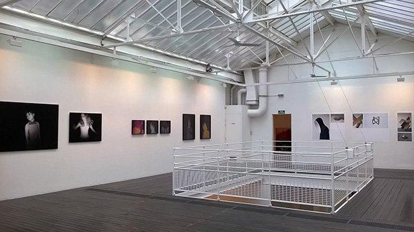 La galerie, blanche avec un toit vitré