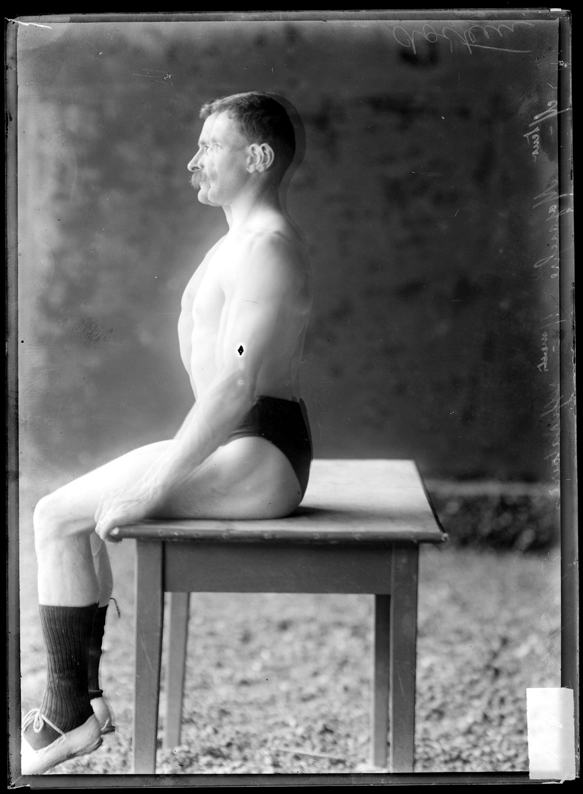 Un homme assis de profil en train de respirer.