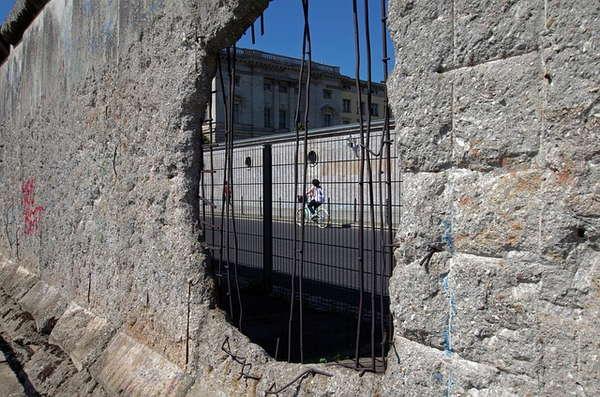 Trou grillagé dans le mur de Berlin
