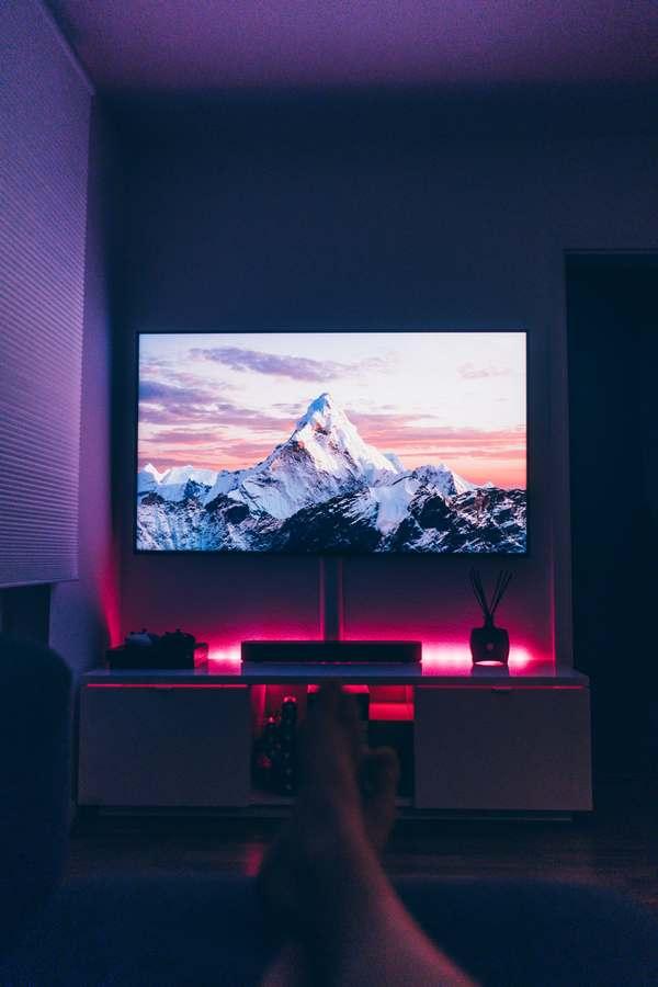Personne visionnant un film sur écran TV