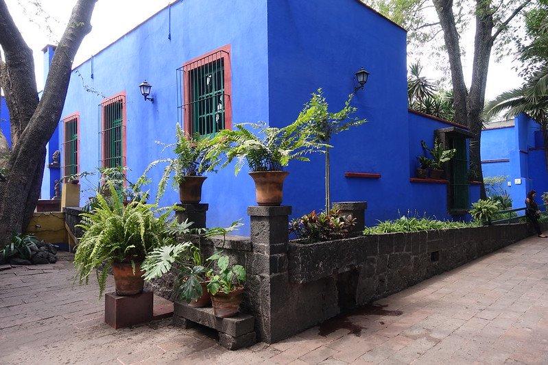 La Casa Azul vue de l'extérieur avec ses murs bleus