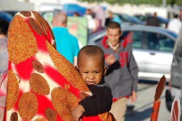 femme marocaine de dos avec enfant