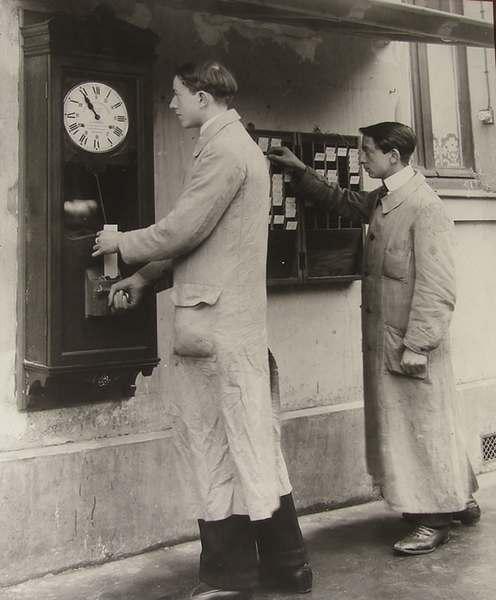 Hommes pointant au travail, 1914, photographie sépia